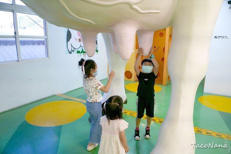 苗栗觀光工廠》四方鮮乳酪故事館,來找巨大乳牛擠牛奶喝,哞~! @章魚娜娜 ∞ 玩味生活